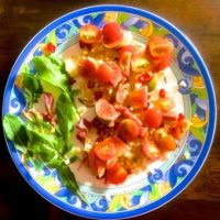 Process 7: Add figs and tomato slices to the salad
